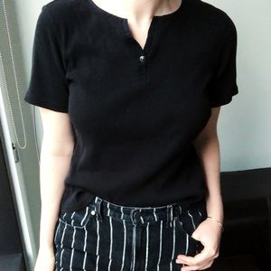 Ribbed black tee with button